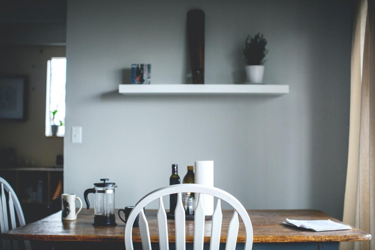 部屋の片隅に放置されている使わない机や椅子の処分方法について解説